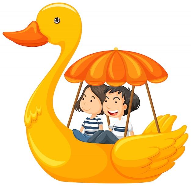 Una coppia in sella a duck pedal boat