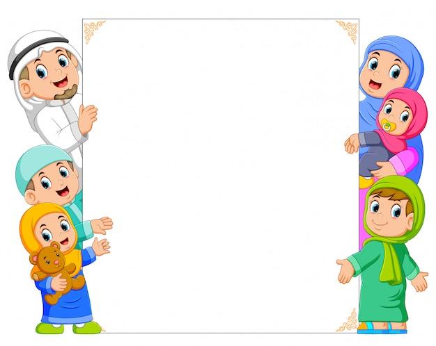 Una famiglia felice e un bambino stanno tenendo la cornice bianca