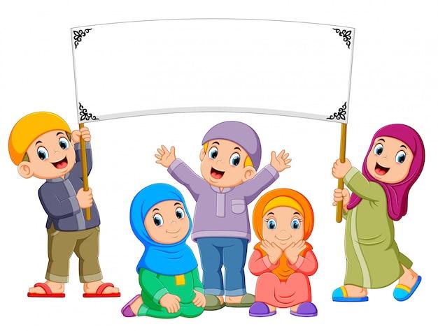 Una famiglia felice sta giocando e tenendo lo striscione bianco