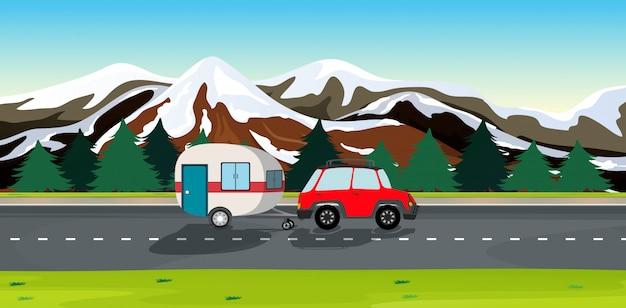 Una macchina e rimorchi di viaggio