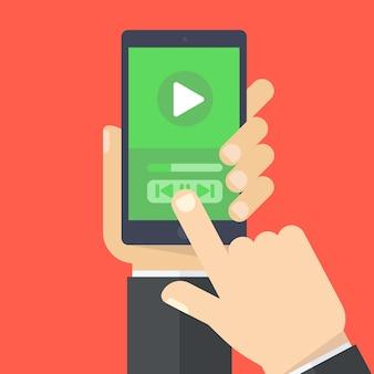 Una mano tiene smartphone e touch screen con le dita.