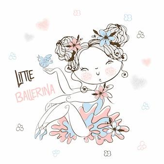 Una piccola ballerina carina in tutù posa magnificamente.