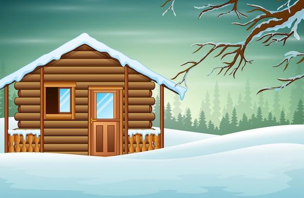 Una piccola casa di legno con un nevoso