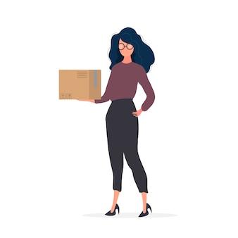 Una ragazza con gli occhiali tiene in mano una scatola. una donna tiene in mano una scatola di cartone. isolato.