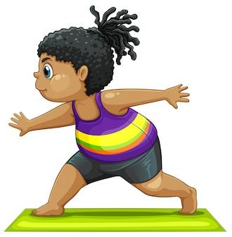 Una ragazza grassa che fa yoga