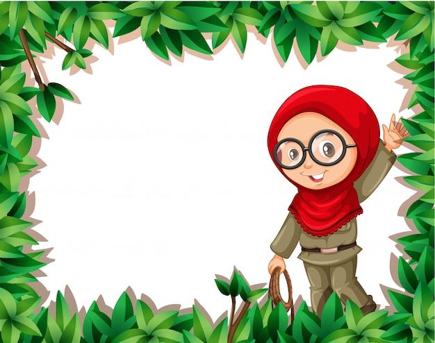 Una ragazza musulmana scout sulla cornice della natura