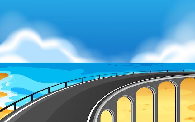 Una scena di strada costiera