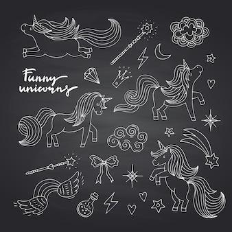 Unicorni e stelle magici disegnati a mano svegli messi sulla lavagna nera
