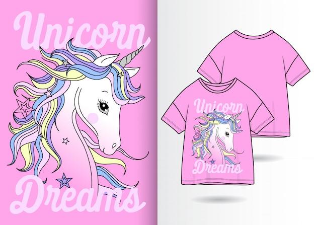 Unicorno carino disegnato a mano con la maglietta
