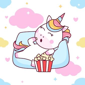 Unicorno carino mangiare popcorn