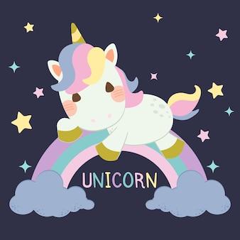 Unicorno carino seduto su un arcobaleno pastello e nuvole blu su sfondo blu scuro