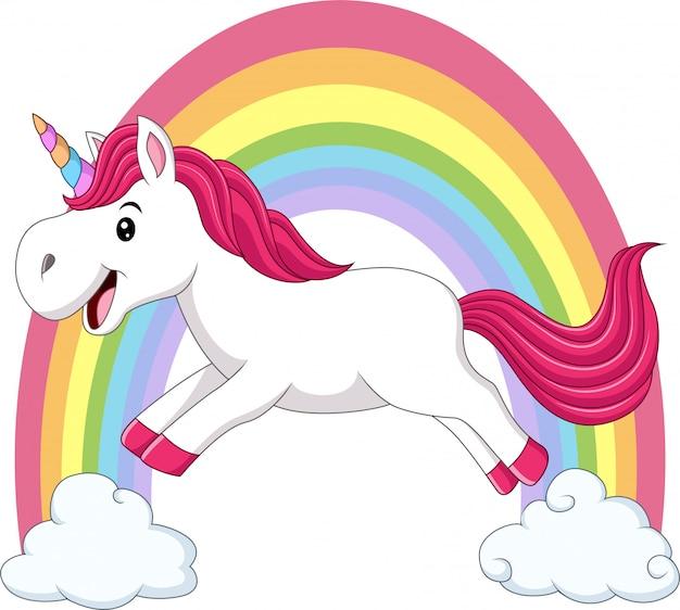 Unicorno magico sveglio che cammina sulle nuvole e sull'arcobaleno