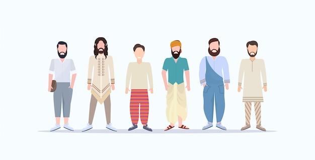 Uomini casuali felici che stanno insieme i ragazzi sorridenti della corsa della miscela con differenti acconciature che indossano i vestiti d'avanguardia personaggi dei cartoni animati maschii fondo bianco integrale orizzontale