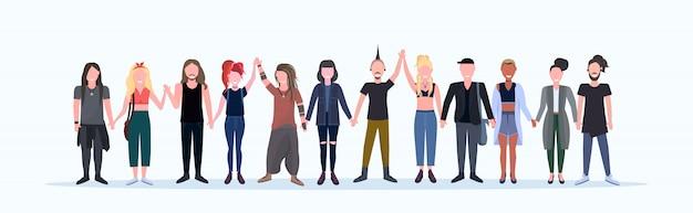 Uomini casuali felici donne in piedi insieme persone sorridenti con diverse acconciature che indossano abiti alla moda maschio personaggi dei cartoni animati femminili piena lunghezza sfondo bianco orizzontale