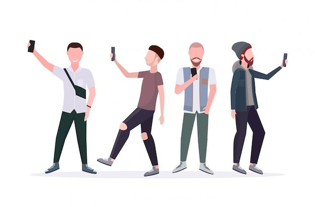 Uomini che prendono la foto del selfie sui personaggi dei cartoni animati maschii casuali della macchina fotografica dello smartphone che stanno insieme in orizzontale bianco integrale del fondo bianco di pose differenti