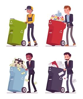 Uomini che spingono i bidoni della spazzatura