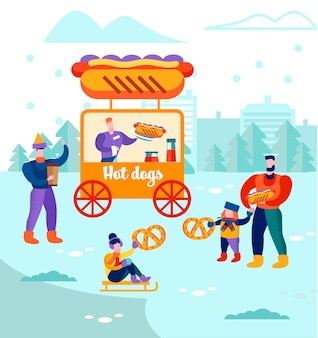 Uomini con bambini camminano vicino agli hot dog nella stalla, chiosco