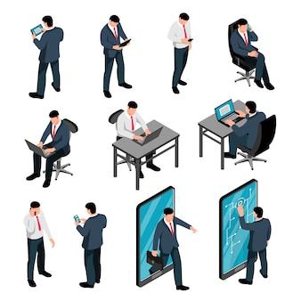 Uomini con l'insieme isometrico del dispositivo dei caratteri maschii che tengono la conversazione mandante un sms degli smartphones e che lavorano facendo uso del computer portatile isolato