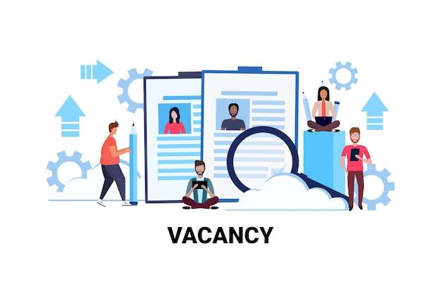 Uomini d'affari alla ricerca di riprendere il concetto di business lavoro vacante candidato specialista