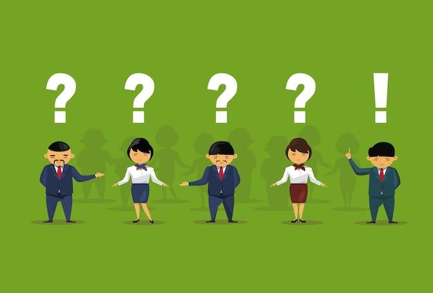 Uomini d'affari asiatici con domanda e punti esclamativi