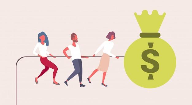 Uomini d'affari che cercano di tirare corda grande borsa di denaro moneta da un dollaro successo lavoro di squadra strategia crescita ricchezza concetto piatto maschio femmina personaggi dei cartoni animati orizzontale