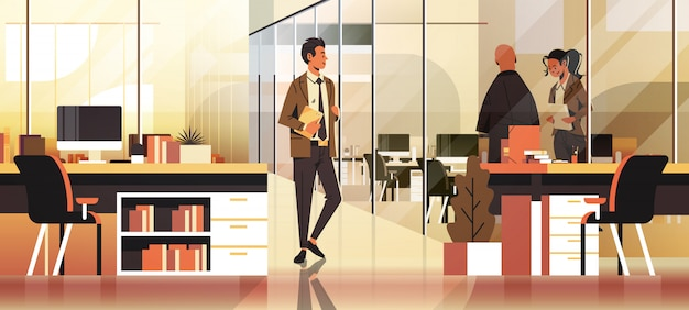 Uomini d'affari che comunicano nel banner ufficio