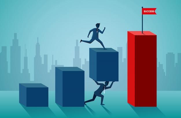 Uomini d'affari che lavorano insieme per spingere l'organizzazione verso l'obiettivo del successo