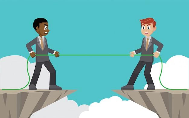 Uomini d'affari che tirano la corda sopra il precipizio.