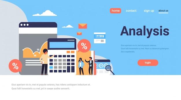 Uomini d'affari grafico calcolatrice analisi delle finanze lavorando insieme brainstorming landing page concetto