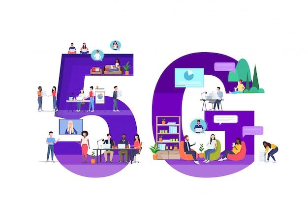 Uomini d'affari utilizzando gadget digitali 5g connessione wireless al sistema online social media comunicazione concetto mix gara persone in chat a figura intera orizzontale