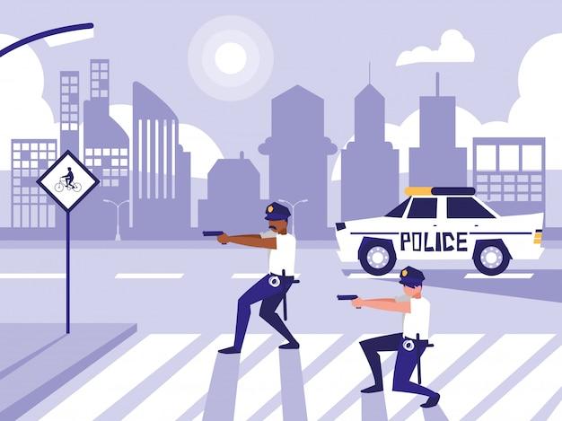 Uomini della polizia con auto in strada