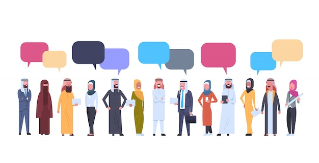 Uomini e donne arabi raggruppano con le bolle di chiacchierata. maschio arabo e femmina di affari completi che portano i vestiti tradizionali