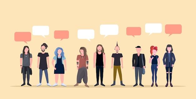 Uomini felici donne in piedi insieme chat bolla comunicazione persone sorridenti con diverse acconciature maschio femmina personaggi dei cartoni animati a figura intera orizzontale