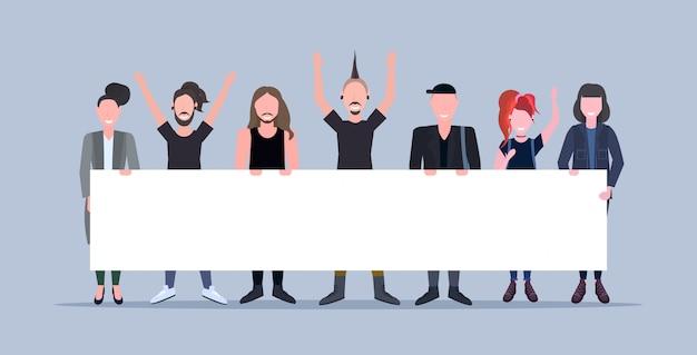Uomini felici donne in piedi insieme in possesso di cartello vuoto cartello dimostrazione concetto maschio femmina personaggi dei cartoni animati a figura intera orizzontale