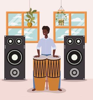 Uomo afro che gioca il personaggio di timpani