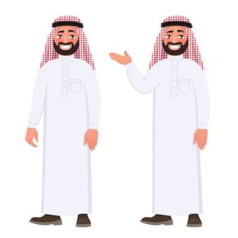 Uomo arabo felice in vestiti nazionali su fondo bianco