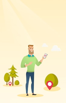 Uomo caucasico che gioca il gioco di azione sullo smartphone