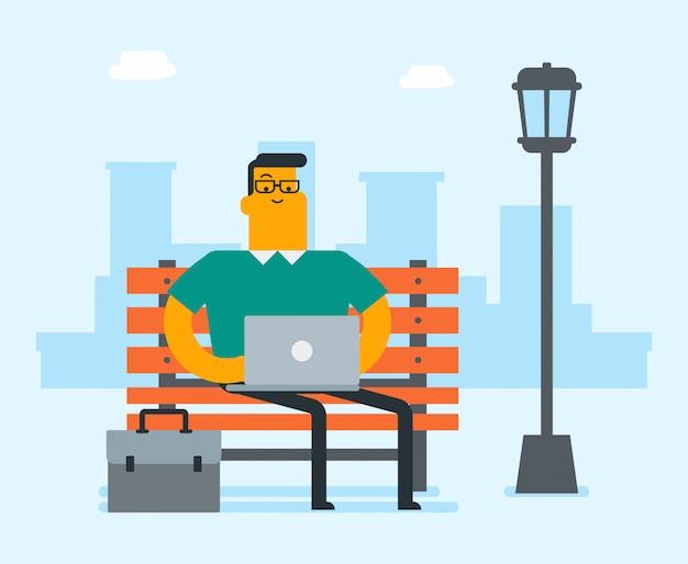 Uomo caucasico di affari che lavora ad un computer portatile all'aperto