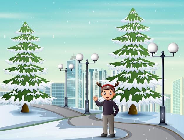 Uomo che cammina attraverso la strada di città in inverno da solo