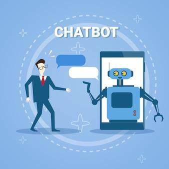 Uomo che chiacchiera con chatter bot dalla tecnologia di assistenza online di smart phone