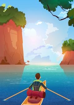 Uomo che galleggia in barca nel concetto di vacanza di avventura di estate del lago delle montagne
