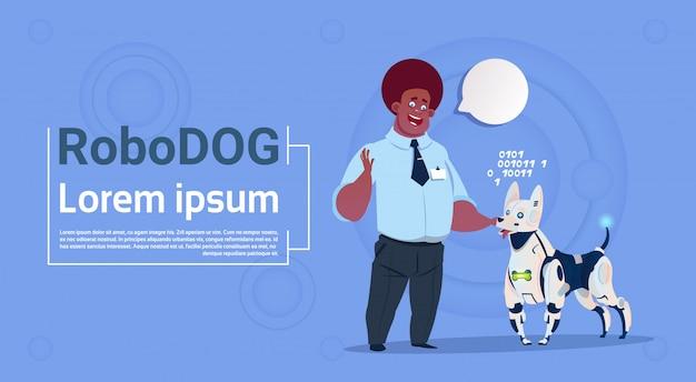 Uomo che gioca con il cane robot simpatico animale domestico moderno robot pet artificiale tecnologia di intelligenza