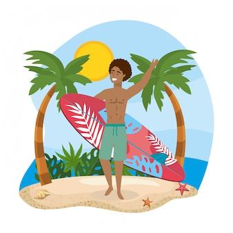 Uomo che indossa pantaloncini da bagno con tavola da surf in spiaggia