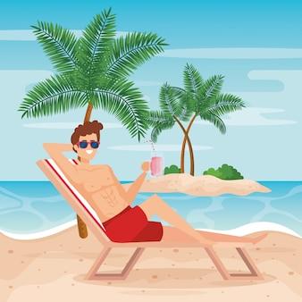 Uomo che prende il sole nella sedia abbronzante con occhiali da sole
