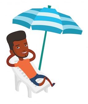 Uomo che si distende sulla sedia a sdraio.