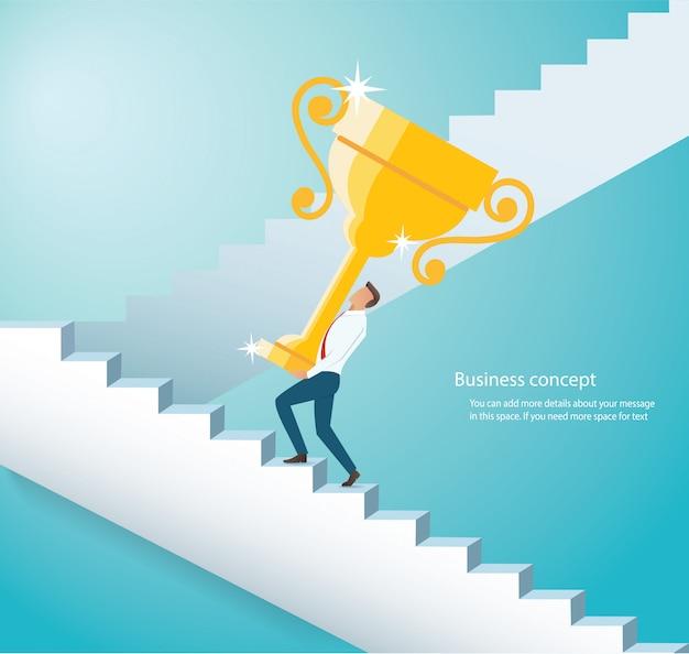 Uomo che tiene il trofeo d'oro salire le scale