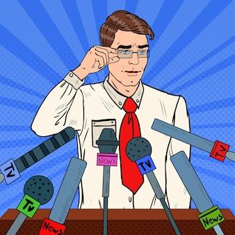 Uomo che tiene una conferenza stampa