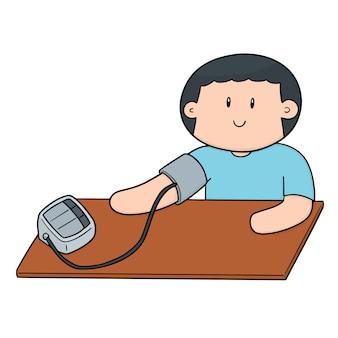 Uomo che utilizza il monitor della pressione sanguigna