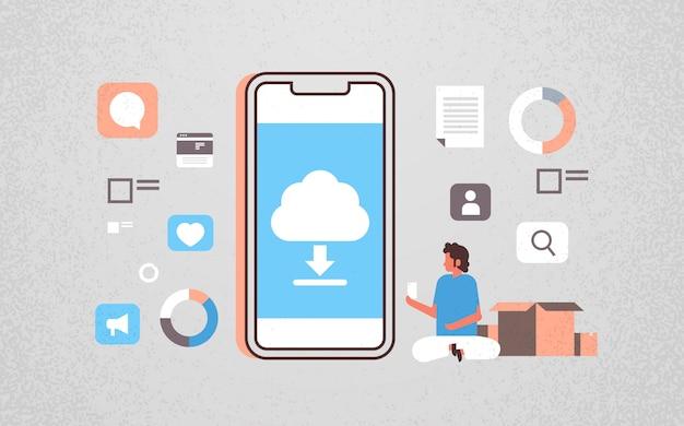 Uomo che utilizza l'applicazione mobile di sincronizzazione cloud di elaborazione