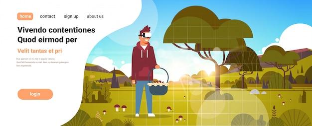 Uomo con cesto indossare occhiali digitali raccolta funghi vr visione auricolare concetto di innovazione foresta verde tramonto